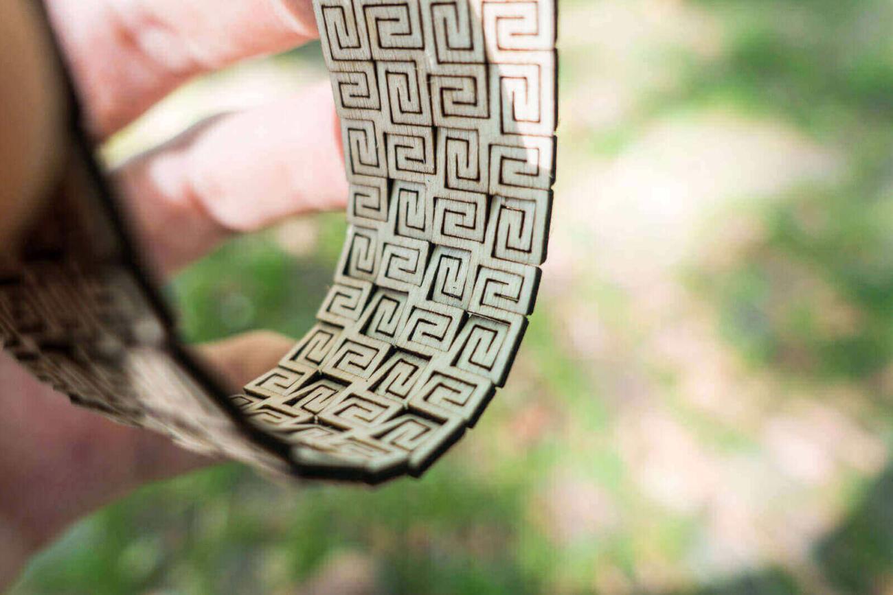 Lasercut Biegbares Holz - Armreif in Natur - Ansicht der Rückseite