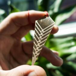 Laser gravierter Bronze Schmuck Prototyp in Hand