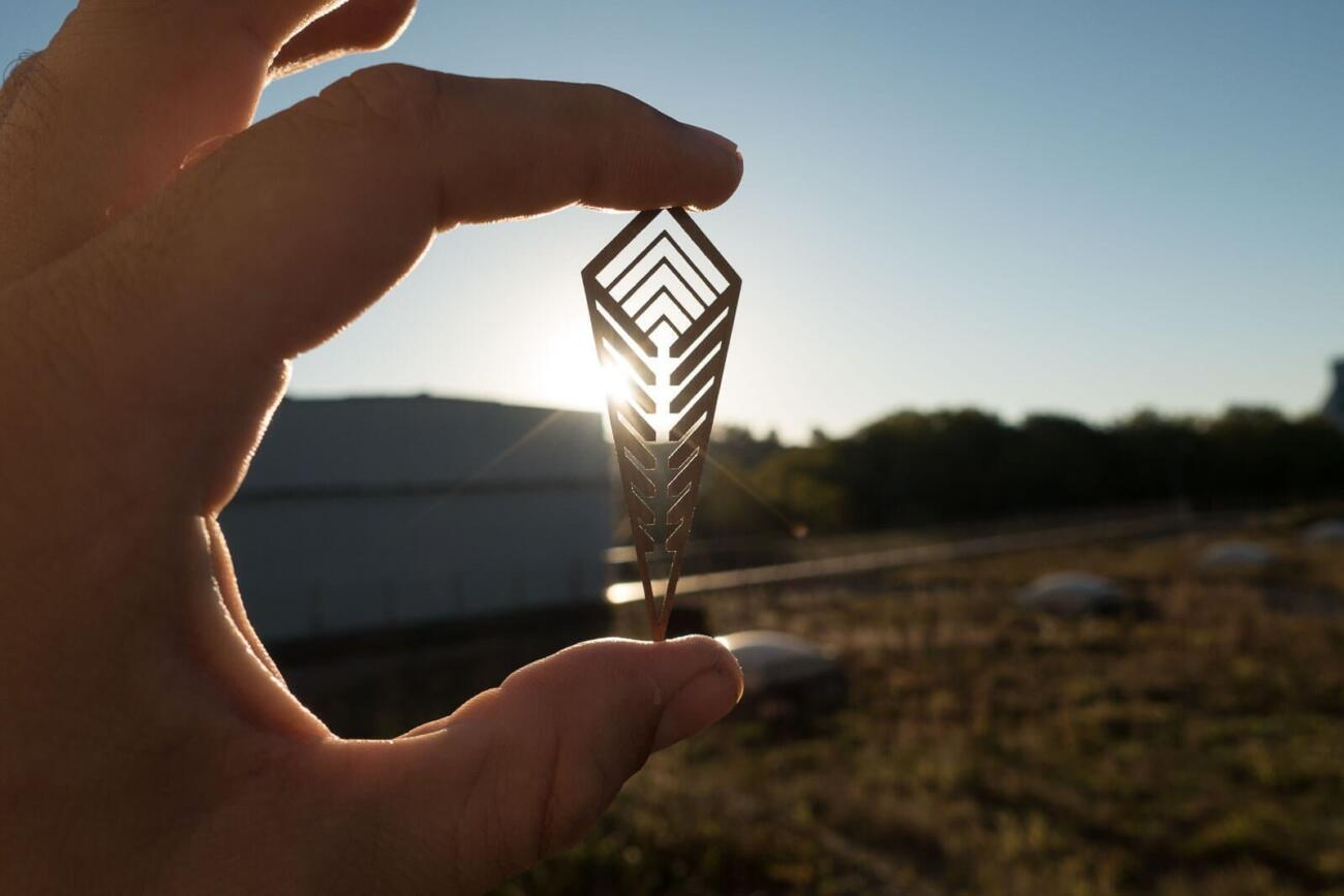 Lasergeschnittener Schmuck Prototyp aus Bronze im Licht
