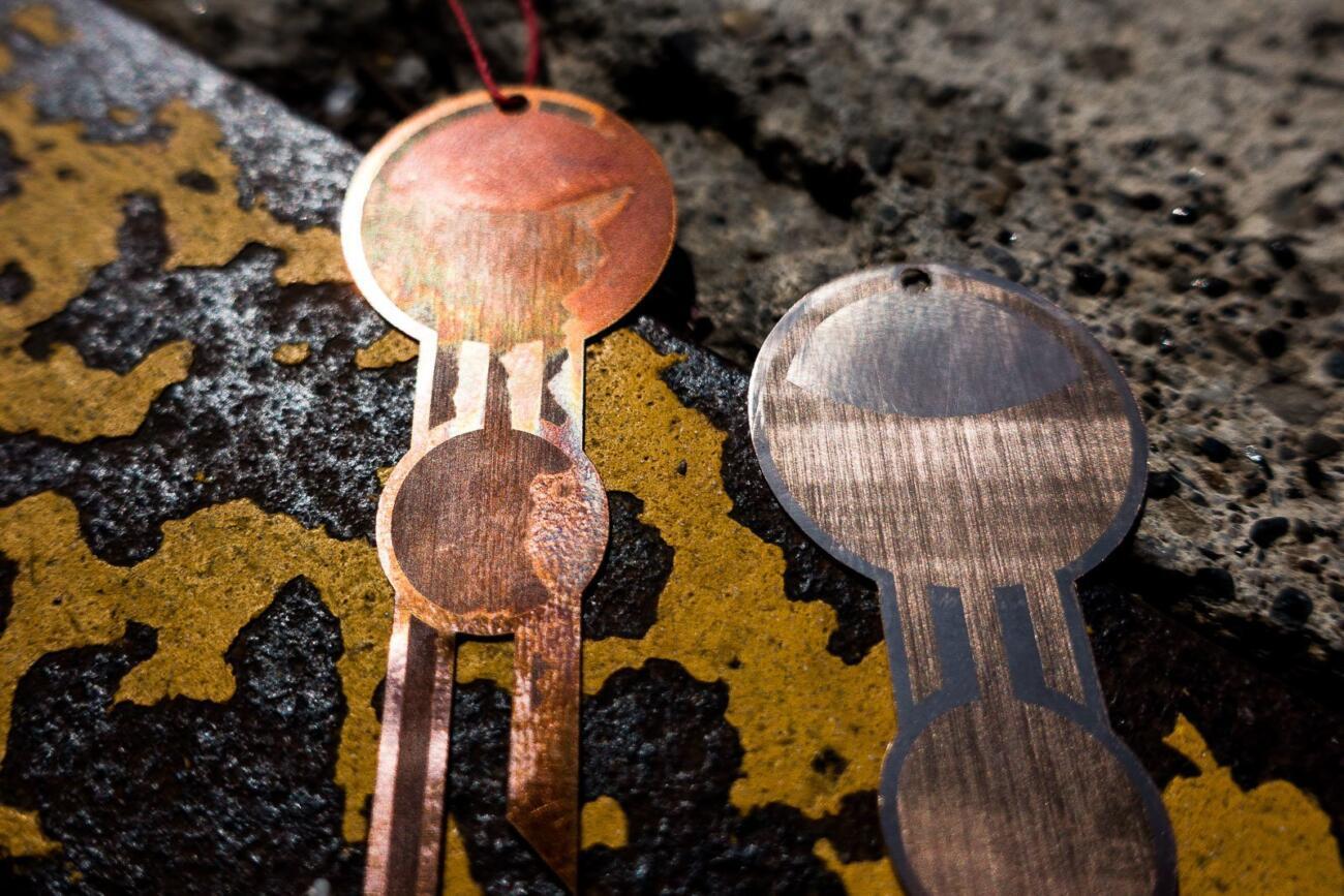 Detail eines Laser gravierten Schmuck Prototyp aus Bronze, hergestellt mit einem Trotec Fiber laser