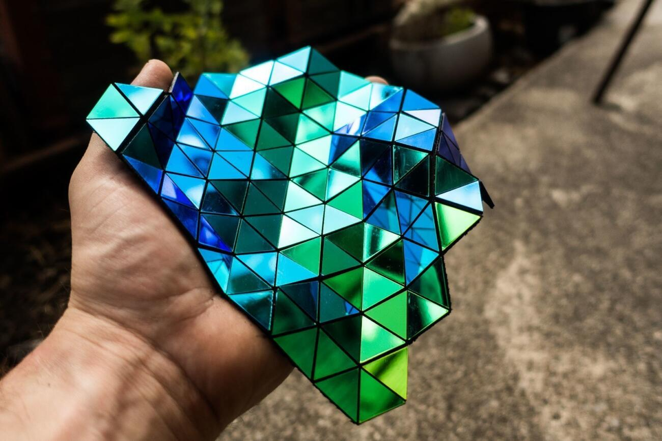 Lasergeschnittenes dichroitisches Textil in Hand von Robin Hanhart