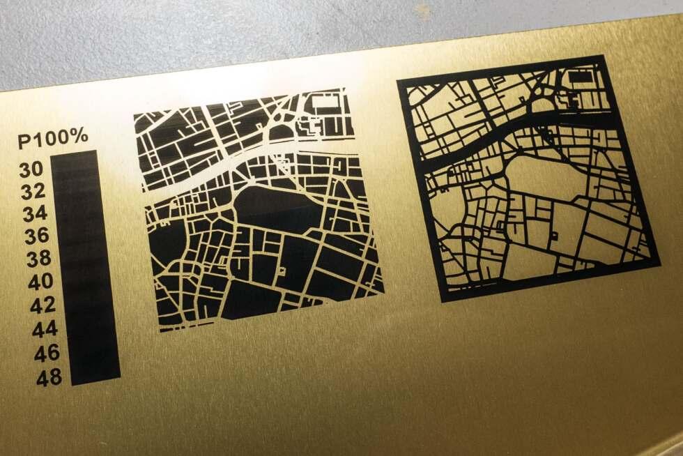 Lasergravur auf beschichtetes, goldenes Aluminium